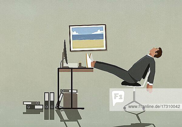 Müder Geschäftsmann schläft mit hochgelegten Füßen auf dem Schreibtisch