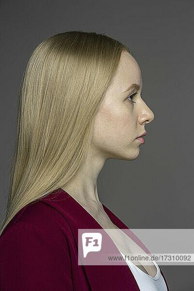 Profil Porträt ernste junge Frau mit blonden Haaren