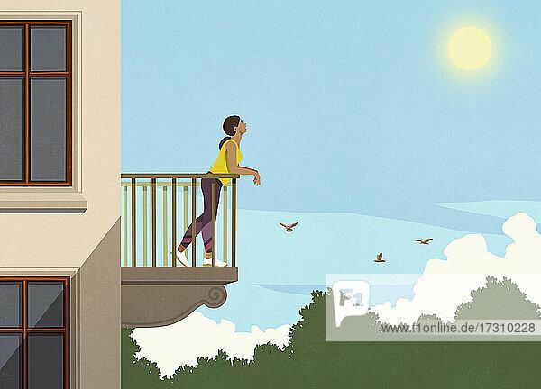 Frau genießt Sonnenschein von Wohnung Balkon