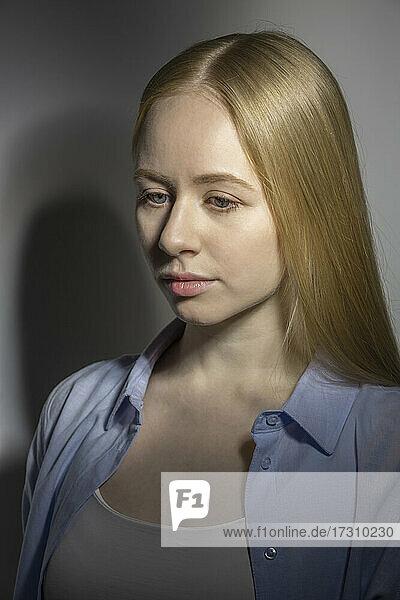Nahaufnahme Porträt traurige junge Frau schaut nach unten
