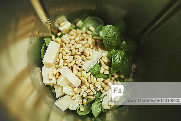 Nahaufnahme Pesto-Zutaten im Mixer
