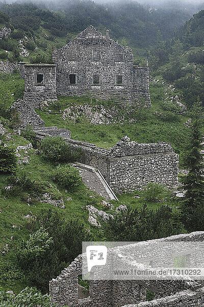 Ruinen einer alten Kaserne  Soca-Tal  Slowenien