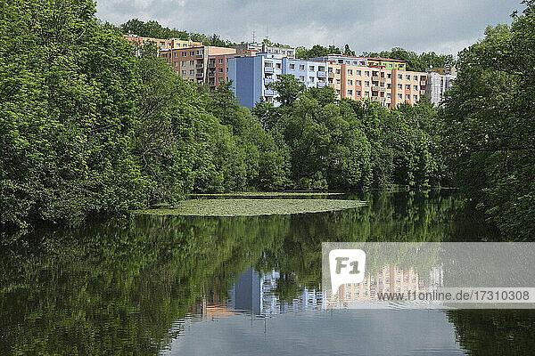 Pastellfarbene Wohnhäuser hinter idyllischem See  Egerland  Tschechoslowakei