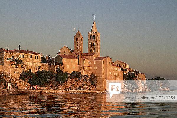 Dorf am Wasser bei Sonnenuntergang  Kvarner  Kroatien