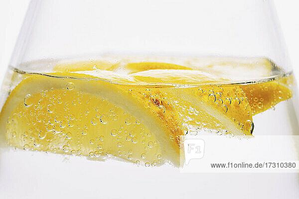 Extreme Nahaufnahme Zitronenscheiben in sprudelndem Wasser