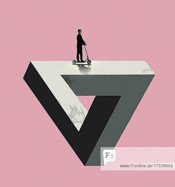 Mann fährt Elektroroller auf unmöglichem Dreieck