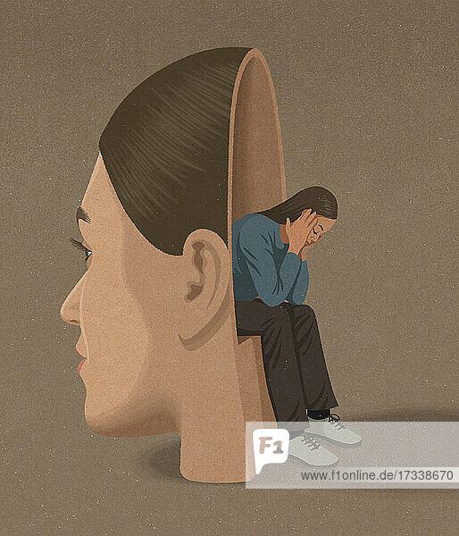 Ruhiges Gesicht verbirgt depressive Frau
