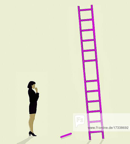 Frau am Fuß der Leiter mit fehlender Sprosse
