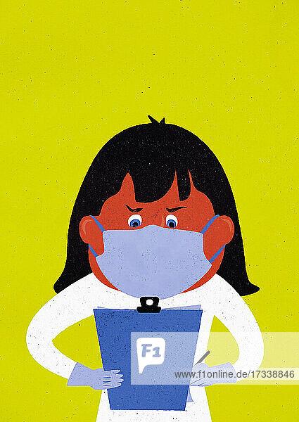 Frau mit chirurgischer Maske und Handschuhen schaut auf ein Klemmbrett
