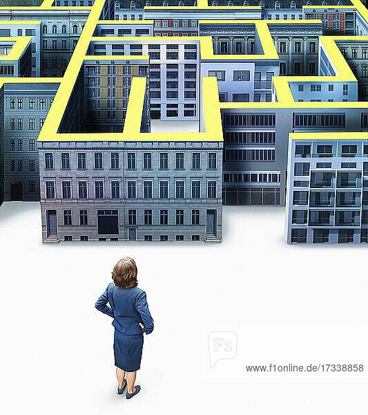 Geschäftsfrau vor dem Gebäudelabyrinth der Stadt