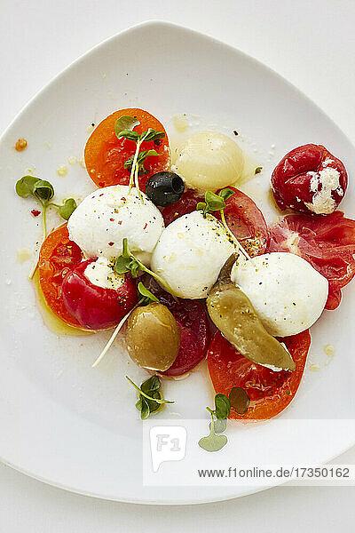 Mozzarella mit Tomaten  Oliven und Chili