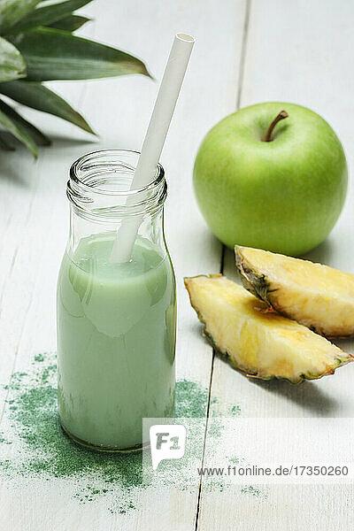 Smoothie mit Ananas  Apfel und Spirulina