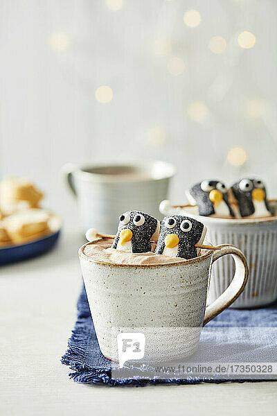 Tasse Kakao mit Pinguin-Marshmallows