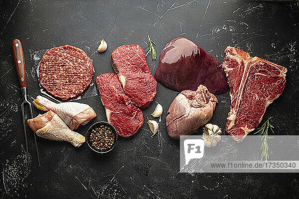Verschiedenes rohes Fleisch  Geflügel und Innereien mit Gewürzen