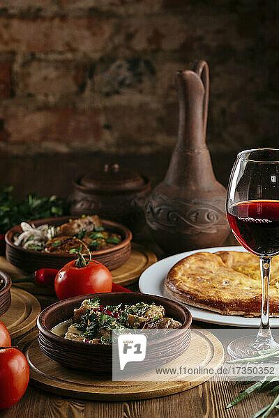 Gedeckter Tisch mit georgischem Gericht