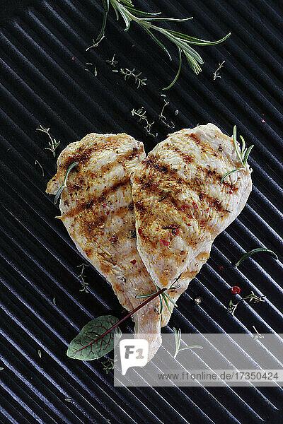 Gegrilltes Hähnchenfilet in Herzform
