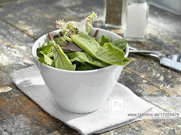 Gemischter grüner Salat mit Salz und Pfeffer