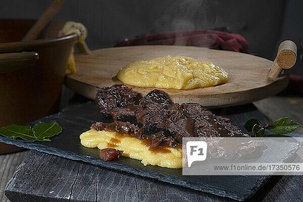 Geschmortes Rindfleisch in Barolo mit Polenta