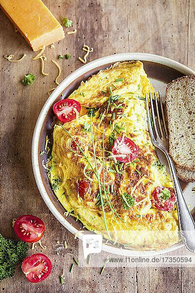 Omelett mit Cheddar und Kirschtomaten