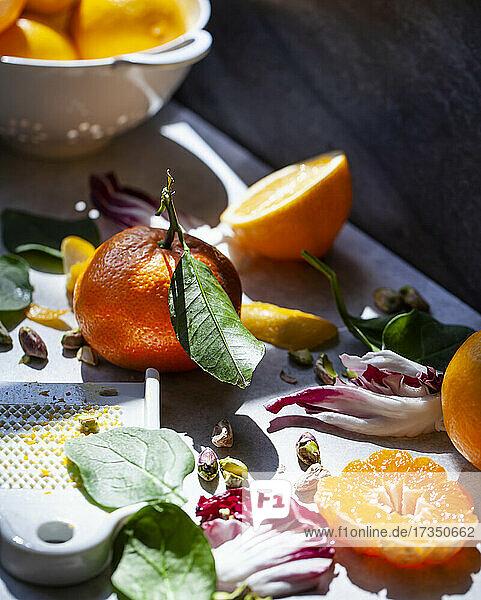 Zutaten für einen Salat mit Radicchio und Orangen