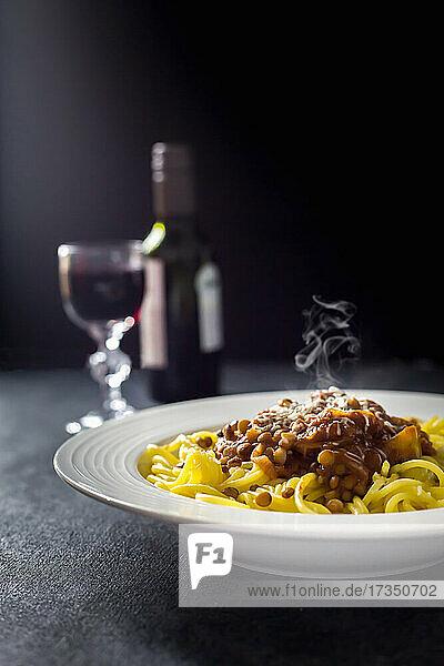 Pasta mit dampfender Linsen-Bolognese