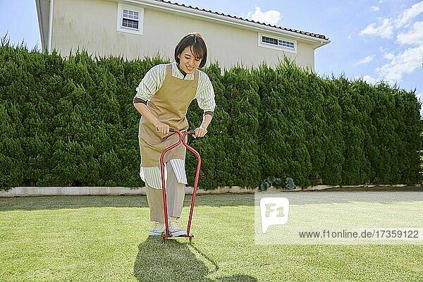 Japanerin arbeitet im Garten