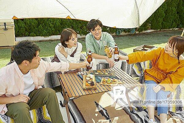 Japanische Freunde feiern eine Party im Garten