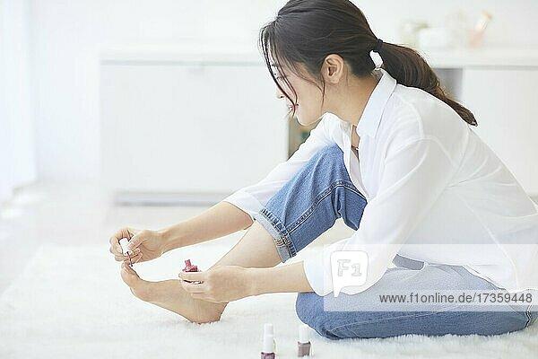 Japanerin genießt die Zeit zu Hause
