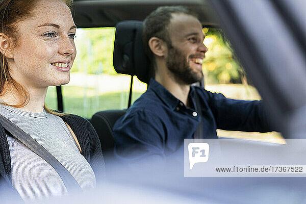 Lächelndes junges Paar bei einer Autoreise  Orgeval