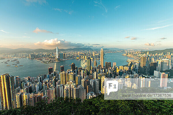 Luftaufnahme des modernen Stadtbilds mit Victoria Harbour in Hongkong