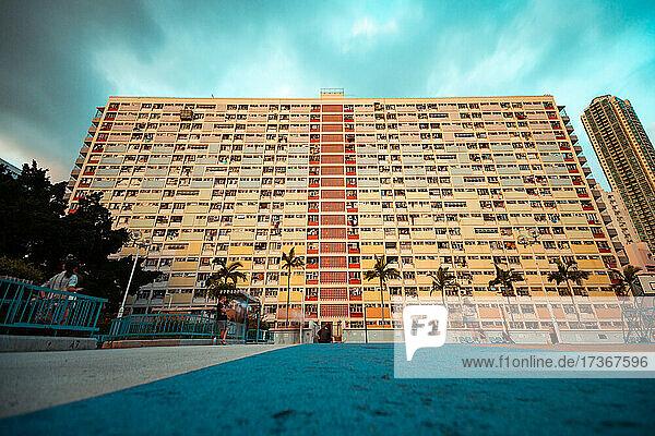 Blick auf ein Wohngebäude mit Schwimmbad in Hongkong