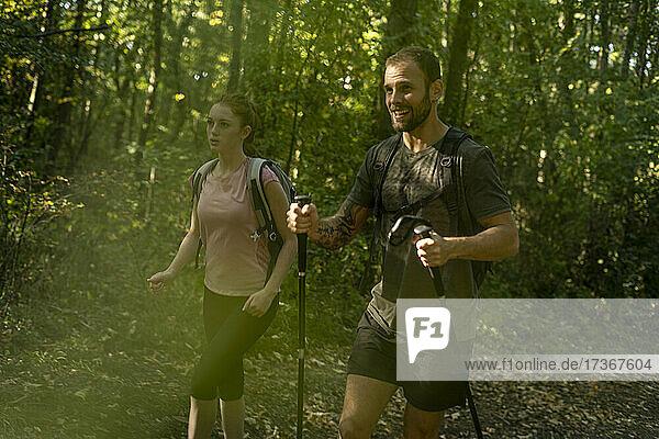 Pärchen beim Trekking im Wald Pärchen beim Trekking im Wald