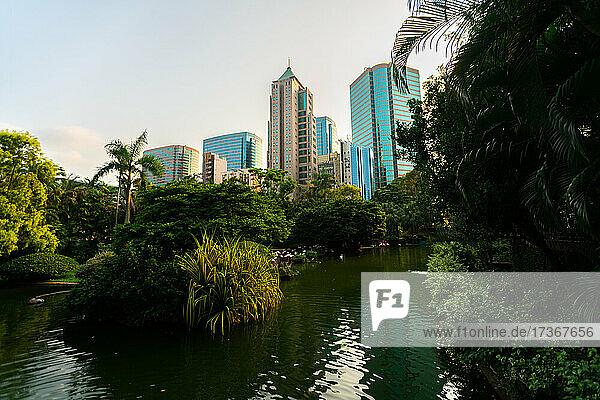 Blick auf den Park von Kowloon mit modernen Wolkenkratzern