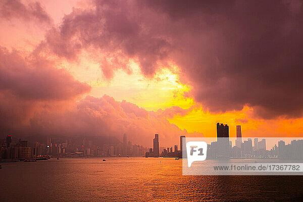 Blick auf die Skyline der Stadt unter den Gewitterwolken bei Sonnenuntergang  Hongkong  China Blick auf die Skyline der Stadt unter den Gewitterwolken bei Sonnenuntergang, Hongkong, China
