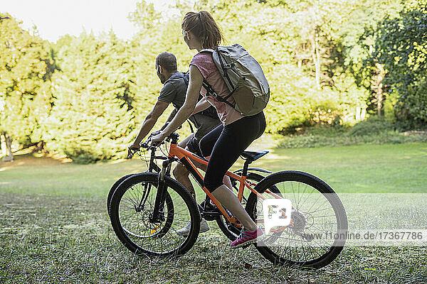 Junges Paar auf Fahrrädern im Wald