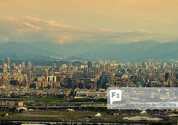 Blick auf eine belebte Stadtlandschaft mit modernen Gebäuden in Taiwan