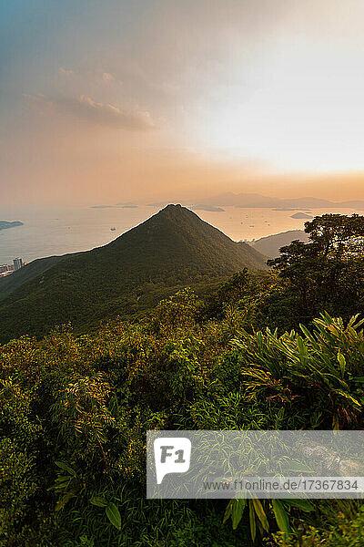 Blick auf einen Berg mit Meer im Hintergrund  Hongkong