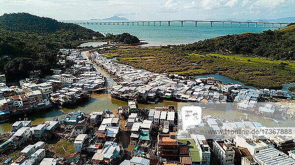 Blick auf Wohnhäuser mit im Hafen vertäuten Booten  Hongkong