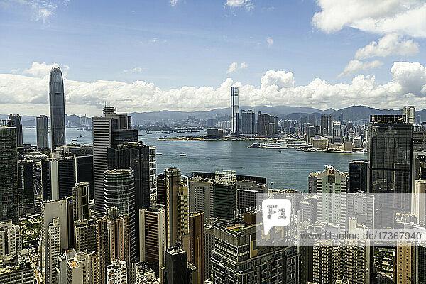 Blick auf das moderne Stadtbild in der Nähe des Victoria Harbour in Hongkong