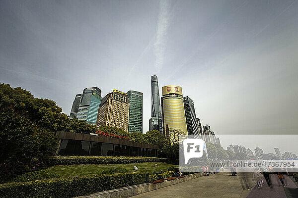 Außenansicht eines modernen Wolkenkratzers  eines Restaurants und einer Bank in Shanghai