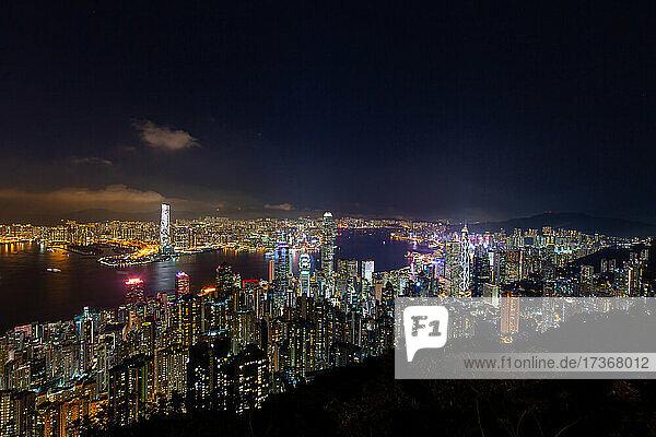 Luftaufnahme einer modernen Stadtlandschaft mit Wolkenkratzer in der Nähe des Victoria Harbour in Hongkong