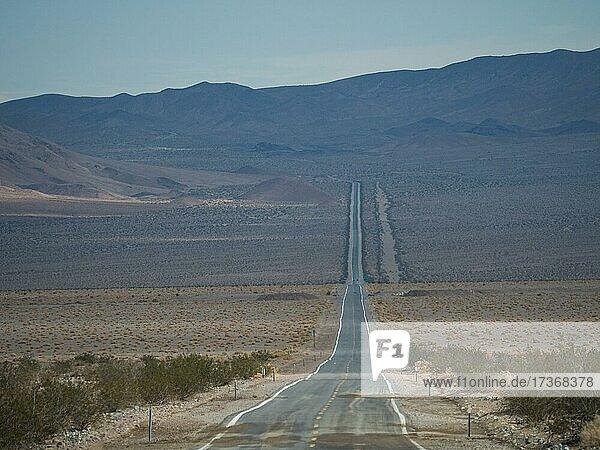 Einsame lange Straße durch Wüstenlandschaft  Highway 190  Death Valley Nationalpark  Kalifornien  USA  Nordamerika Einsame lange Straße durch Wüstenlandschaft, Highway 190, Death Valley Nationalpark, Kalifornien, USA, Nordamerika