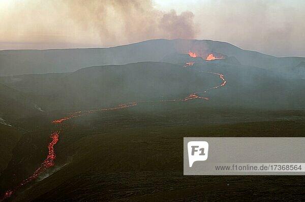 Vulkan mit Lava  Rauch und Dampf  Fagradalsfjall  Reykjanes  Grindavik  Island  Europa Vulkan mit Lava, Rauch und Dampf, Fagradalsfjall, Reykjanes, Grindavik, Island, Europa