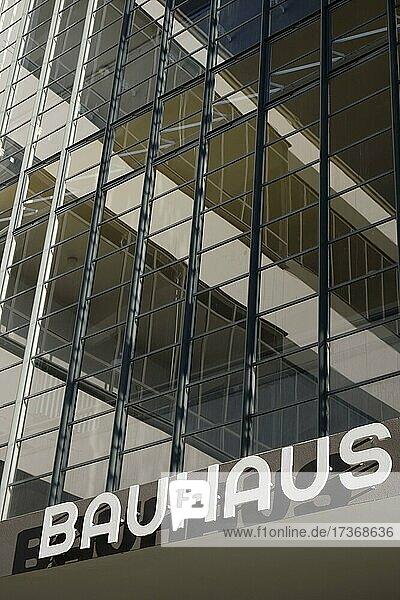 Glasfassade  Bauhaus Dessau  Bauhausgebäude  Dessau  Sachsen-Anhalt  Deutschland  Europa Glasfassade, Bauhaus Dessau, Bauhausgebäude, Dessau, Sachsen-Anhalt, Deutschland, Europa