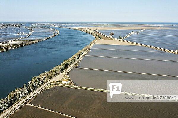 Ebro-Fluss und überschwemmte Reisfelder im Mai  Luftbild  Drohnenaufnahme  Naturschutzgebiet Ebro-Delta  Provinz Tarragona  Katalonien  Spanien  Europa Ebro-Fluss und überschwemmte Reisfelder im Mai, Luftbild, Drohnenaufnahme, Naturschutzgebiet Ebro-Delta, Provinz Tarragona, Katalonien, Spanien, Europa