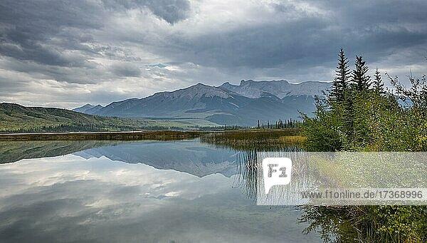 Hügelige  bergige Landschaft  Bäume spiegelt sich in einem See  im Herbst  Talbot Lake  Jasper National Park  British Columbia  Kanada  Nordamerika Hügelige, bergige Landschaft, Bäume spiegelt sich in einem See, im Herbst, Talbot Lake, Jasper National Park, British Columbia, Kanada, Nordamerika