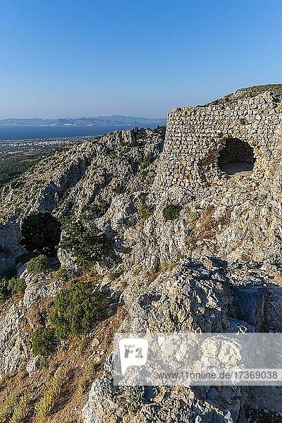 Blick über die Insel aufs Meer  Burgruinen der Burg Paleo Pyli  Kos  Dodekanes  Griechenland  Europa Blick über die Insel aufs Meer, Burgruinen der Burg Paleo Pyli, Kos, Dodekanes, Griechenland, Europa