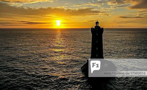 Drohnenaufnahme des Leuchtturms Phare du Four in mitten des atlantischen Ozean bei Sonnenuntergang  Département Finistère  Frankreich  Europa Drohnenaufnahme des Leuchtturms Phare du Four in mitten des atlantischen Ozean bei Sonnenuntergang, Département Finistère, Frankreich, Europa