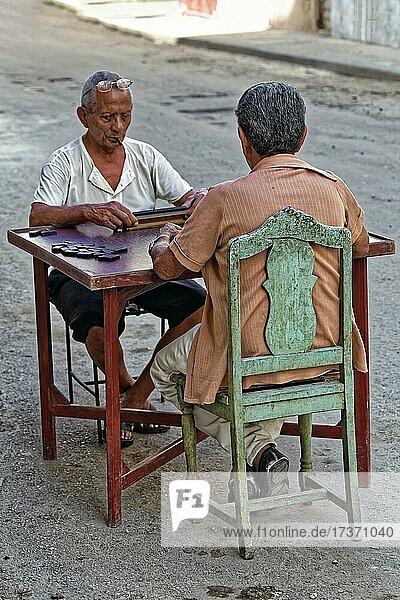Zwei dunkelhäutige  alte Männer  Kubaner  sitzen auf der Straße am Tisch und spielen Domino  Hauptstadt Havanna  Provinz Havanna  Große Antillen  Karibik  Kuba  Mittelamerika Zwei dunkelhäutige, alte Männer, Kubaner, sitzen auf der Straße am Tisch und spielen Domino, Hauptstadt Havanna, Provinz Havanna, Große Antillen, Karibik, Kuba, Mittelamerika