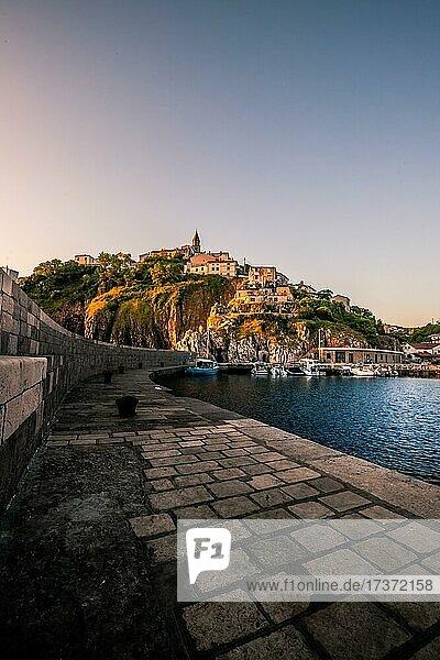 Ein kleiner Hafen am Meer  mit kleinem Bergdorf von der Sonne angestrahlt  Vrbnik  Insel  Krk  Kroatien  Europa Ein kleiner Hafen am Meer, mit kleinem Bergdorf von der Sonne angestrahlt, Vrbnik, Insel, Krk, Kroatien, Europa